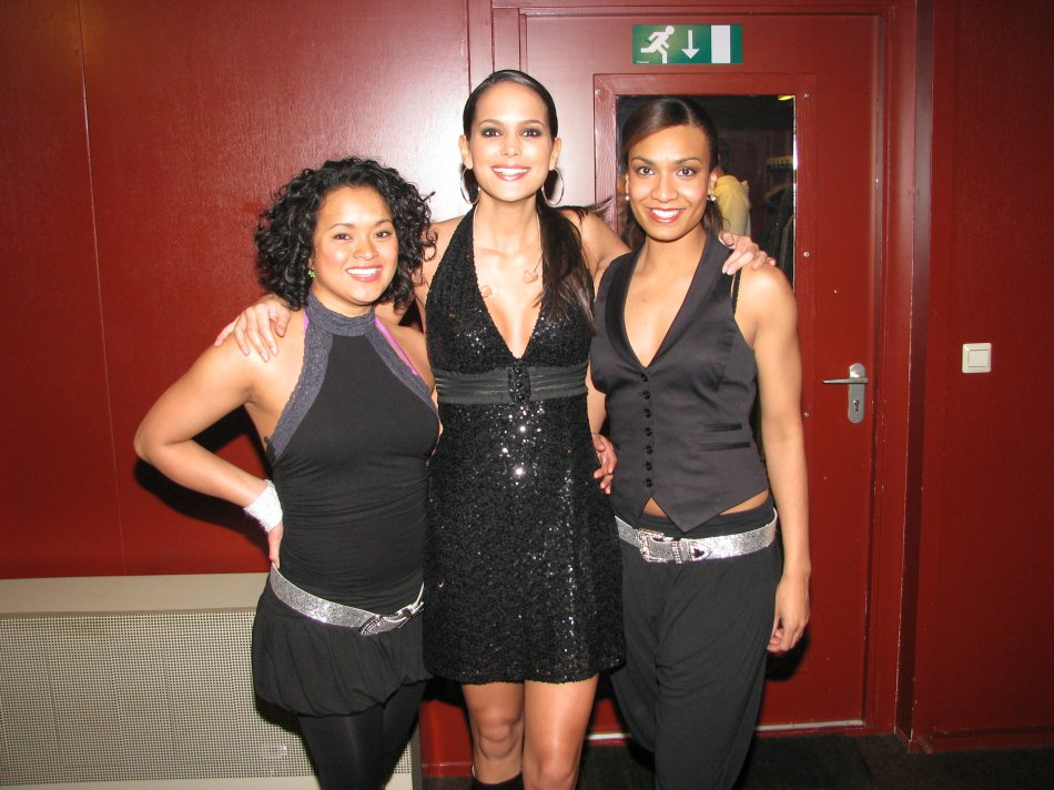 EliZe met haar danseressen in Kruisweg Marum